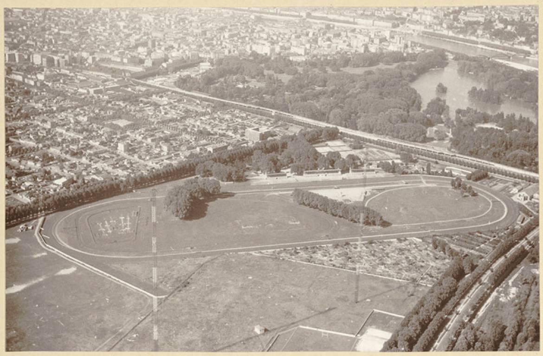 Photographie aérienne  de l'hippodrome  du Grand Camp  à Villeurbanne. (©BML/Fonds Sylvestre)